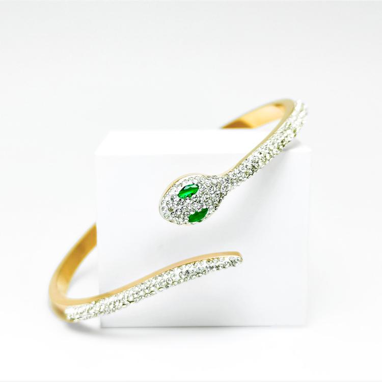 Green Eyed Python Armband bild 1 är en Elegant, tidlös, och modern accessoar. Otroligt Vacker design av SWEVALI för alla tillfälle. Smycken är av hög kvalité Stainless Steel. Passar perfekt för damer