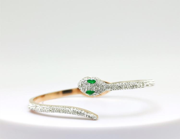 Green Eyed Python Armband bild 2 är en Elegant, tidlös, och modern accessoar. Otroligt Vacker design av SWEVALI för alla tillfälle. Smycken är av hög kvalité Stainless Steel. Passar perfekt för damer