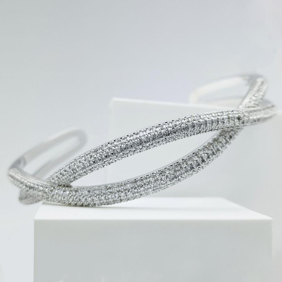 Symmetry Smooth Armband bild 1 är en Elegant, tidlös, och modern accessoar. Otroligt Vacker design av SWEVALI för alla tillfälle. Smycken är av hög kvalité Stainless Steel. Passar perfekt för damer so