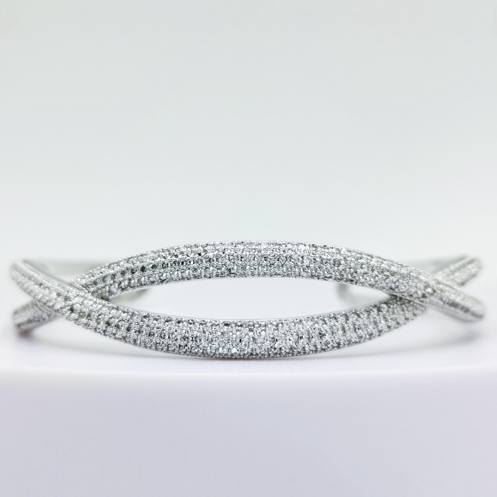 Symmetry Smooth Armband bild 2 är en Elegant, tidlös, och modern accessoar. Otroligt Vacker design av SWEVALI för alla tillfälle. Smycken är av hög kvalité Stainless Steel. Passar perfekt för damer so