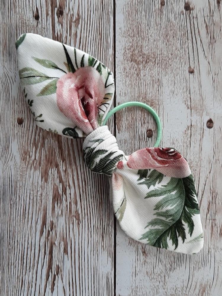 hårrosett, hårtofs, tofs, rosett, rosetter, handsytt, accessoar, accessoarer, ekologisk bomull, eko, ekologiskabarnkläder, bow, flowers, trollhättan, made in sweden, handla lokalt, lokaldesign, rödtot