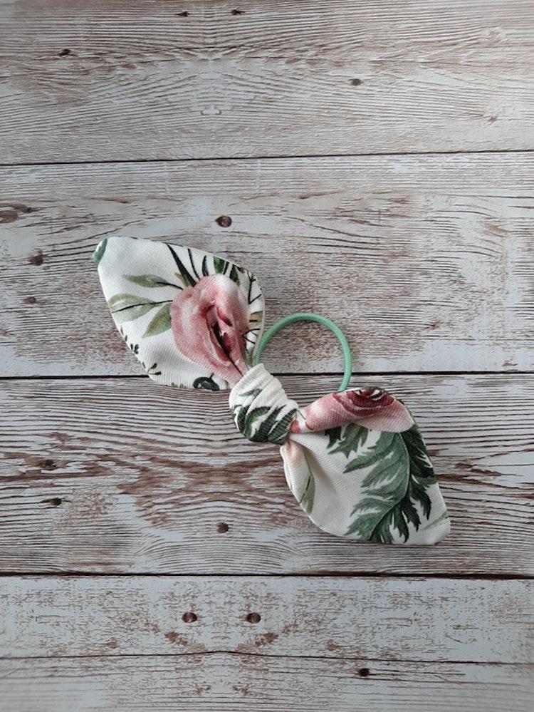 hårrosett, hårtofs, hårpynt, tofs, rosett, rosetter, handsytt, accessoar, accessoarer, ekologisk bomull, eko, ekologiskabarnkläder, bow, flowers, trollhättan, made in sweden, handla lokalt, lokaldesig