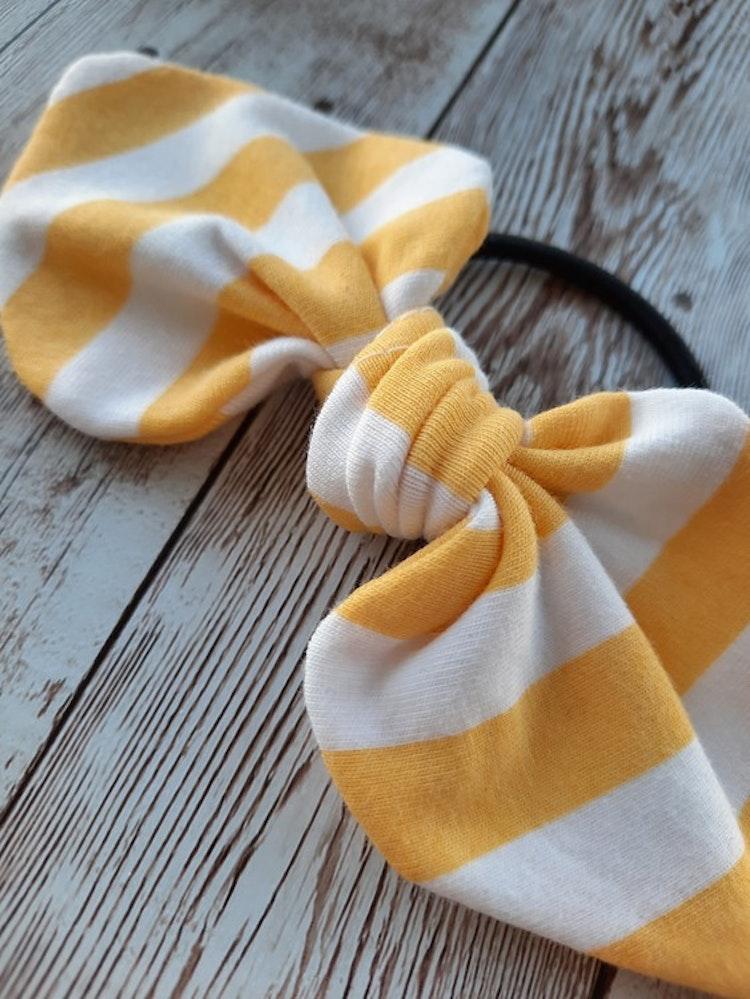 gul, gulrandig, sommar, hårrosett, hårtofs, hårpynt, tofs, rosett, rosetter, handsytt, accessoar, accessoarer, ekologisk bomull, eko, ekologiskabarnkläder, bow, trollhättan, made in sweden, handla lok