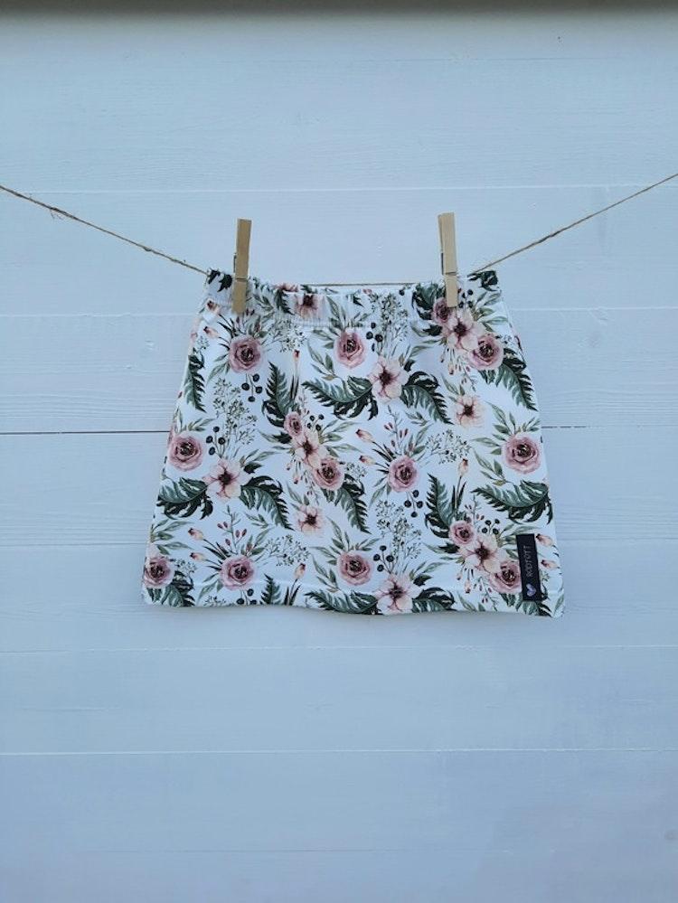 Kjol, barnkjol, barnkläder, rödtott, blommor, sophie, handsytt, lokalproducerat, närproduserat, rodtott, barnklader, ekologisk, bomullstrikå, gots-märkta, tyger, kjolar
