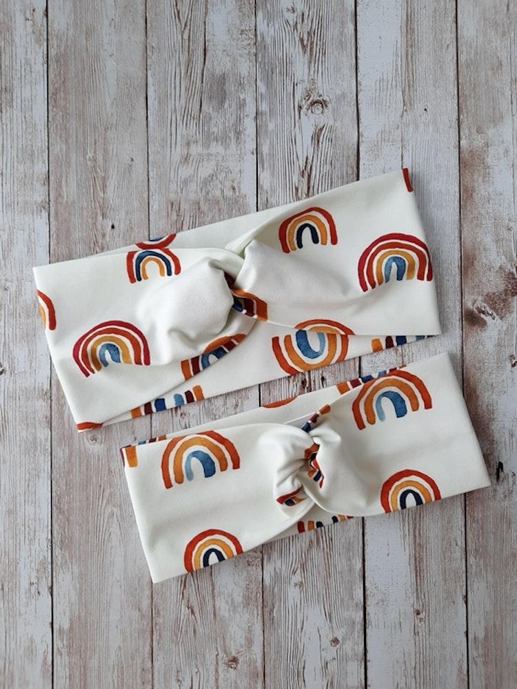 pannband, föräldramatch, syskonmatch, regnbågar, rainbows, boho, ekologisk, bomullstrikå, sommarpannband, gots-märkta-tyger, knutpannband, rödtott, rodtott