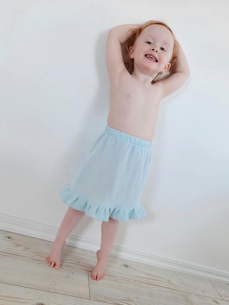 Frostblå, frost, blå, danskjol, kjol, barndans, handsytt, närproducerat, rödtott, rodtott, ekologisk, bomull, muslin, klimatsmart