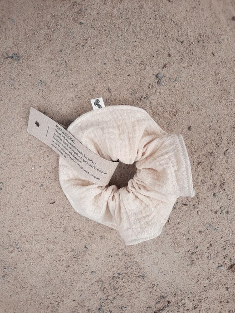 Schrunchie, sand, sommar, sommarlov, sommarlov2021, hårtoffs, toffs, toffsar, lokalproducerat, närproducerat, svenskdesign, sytt i sverige, ekologisk bomull, gots-märkta tyger, lokaldesign, rödtott, r