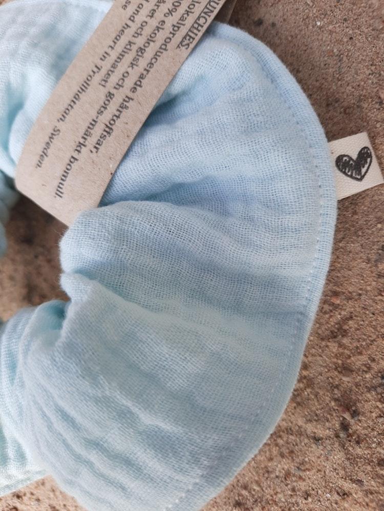 Schrunchie, frostblå, sommar, sommarlov, sommarlov2021, hårtoffs, toffs, toffsar, lokalproducerat, närproducerat, svenskdesign, sytt i sverige, ekologisk bomull, gots-märkta tyger, lokaldesign, rödtot