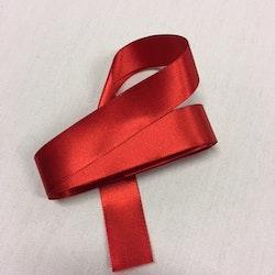 Rött sidenband. Längd 3,0 m. Bredd 25 mm. .