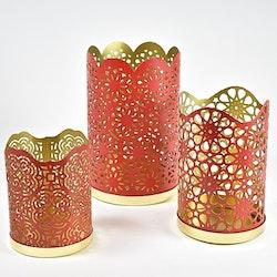 Ljuslykta. Färg: Rött och guld. Mått: H 11 cm. Dia 8,5 cm.