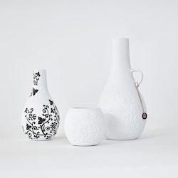 Blomvas Stilleben mini vase från Cult design. Färg: Vit med en svart blomslinga.