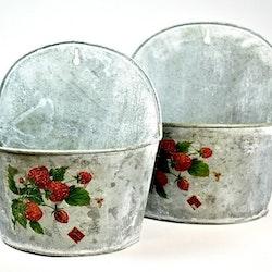 Ampel i zink med jordgubbsmönster stor. Färg: Zink med ett grönt och rött tryck.