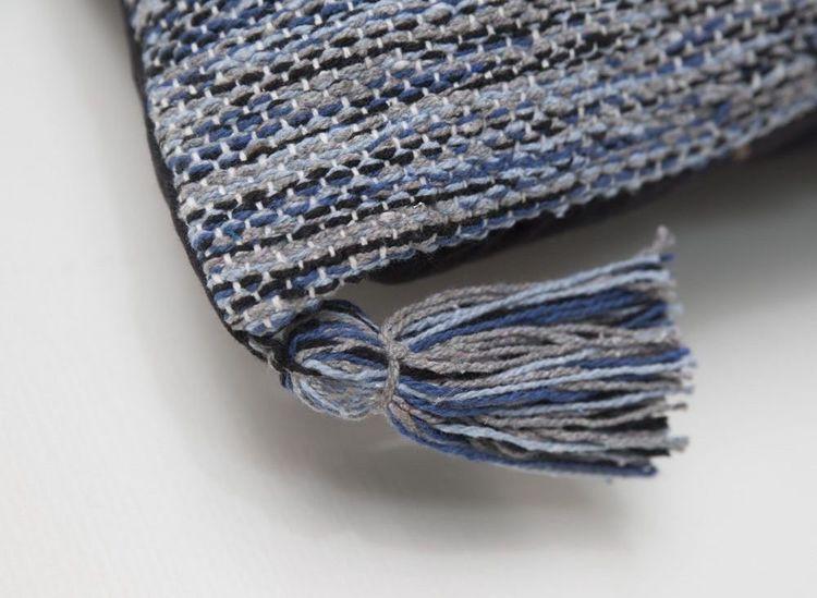 Kopia Indo en bomullsmatta med härliga tofsar. Mått: 70 x 240 cm. Färg: En melerad matta i blåa toner.