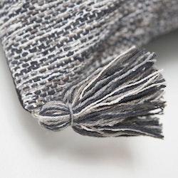 Indo en bomullsmatta med härliga tofsar. Mått: 70 x 240 cm. Färg: En melerad matta i gråa toner.