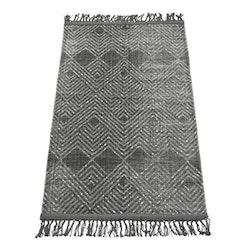 Peg en tryckt bomullsmatta med fransar. Färg: Grå och svart. Mått: 80 x 160 cm.