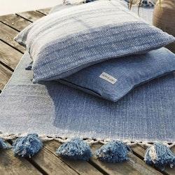 Blossom en tuff matta med tofsar istället för frans. Färg: Blå/jeansblå.
