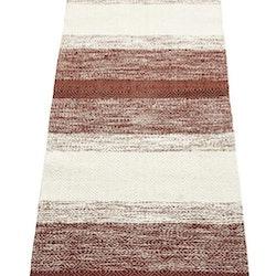 Sandra 70 x 200 cm en snygg bomullmatta med ett skönt mönster. Färg: Rödbrun och off-white.