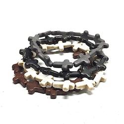 Armband med kors i polystone med elastiskt band. Art.nr: H 02002. Färg: Svart.