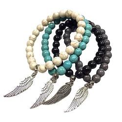 Armband med pärlor och en metallberlock med en fjäder och elastiskt band. Art.nr: H 02007. Färg: Grå.