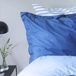 Dobby ett örngott i satin från Gripsholm, art.nr  917216-42. Färg: Blå.