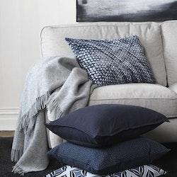 Liam ett kuddfodral från Gripsholm i en grovt vävd bomullskvalitet. Färg: Mörkblå.