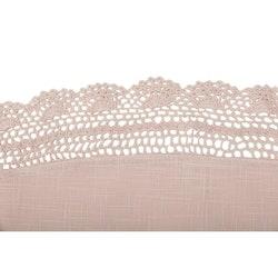 Hedda en rund bordsduk med spetskant runt om i bomull, diameter 45 cm. Färg: Rosa.