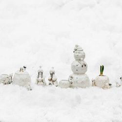 Snövättebarnens snöbollskruka från Cult design. Färg: Vit med grå och beige inslag.