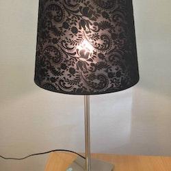 Lampfot höj och sänkbar, lampskärm ingår i priset.