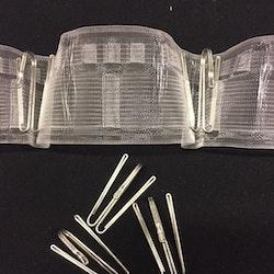 Multiband. Gardinband med tre upphängningsmöjligheter, fingerkrok, rynkbandskrok och hällor att trä stången på. Säljs/m.
