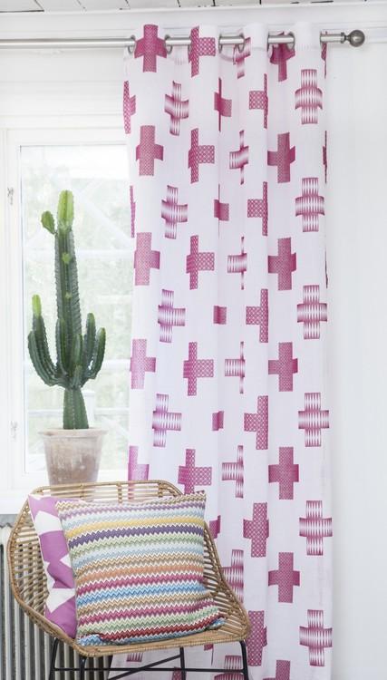 7566-17-005 ett gardinset med två öljettlängder. Färg: Vit och rosa.