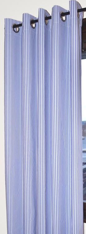 Öljettlängd med blå och vita ränder. Mått 1 x 140 x 240 cm.