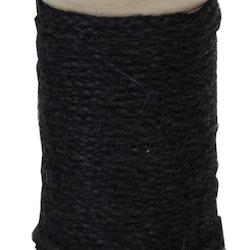 Ljusstake för både blockljus och vanliga rustikljus i trä med ett grovt svart snöre lindat runt den.