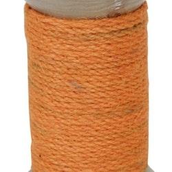 Ljusstake för både blockljus och vanliga rustikljus i trä med ett grovt orange snöre lindat runt den.