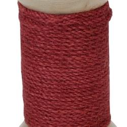 Kopi Ljusstake för både blockljus och vanliga rustikljus i trä med ett grovt rött snöre lindat runt den.