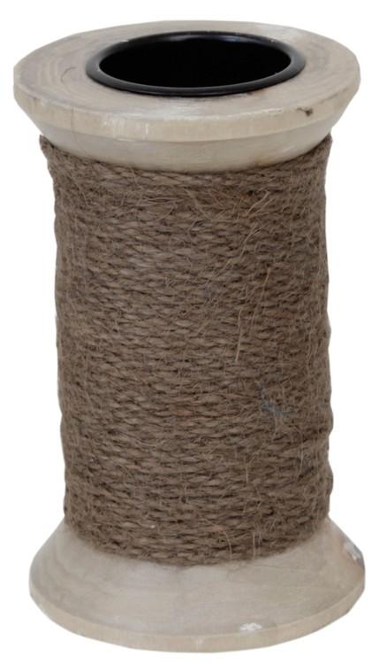 Ljusstake för både blockljus och vanliga rustikljus i trä med ett grovt grått snöre lindat runt den.