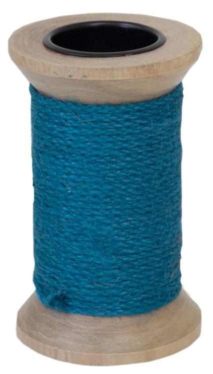Ljusstake för både blockljus och vanliga rustikljus i trä med ett grovt blått snöre lindat runt den.