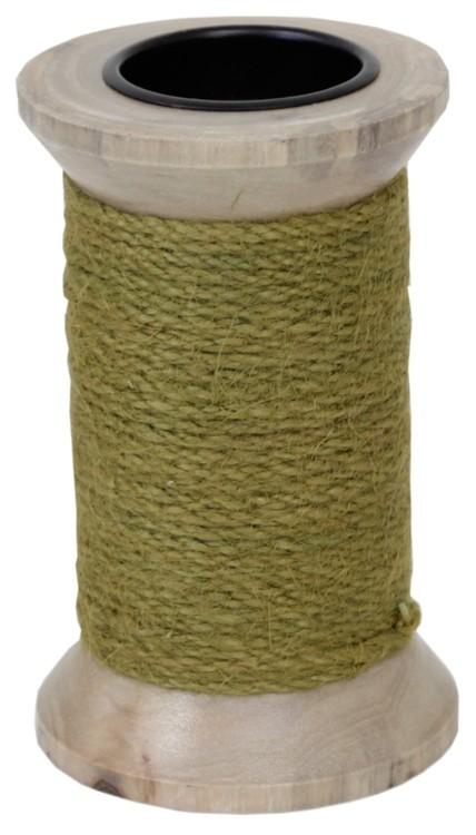Ljusstake för både blockljus och vanliga rustikljus i trä med ett grovt grönt snöre lindat runt den.