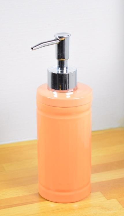 Tvålpump/diskmedelspump. Färg: Orange. Höjd 19 cm.