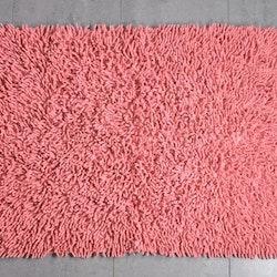 Badrumsmatta från Gripsholm med en antihalkbehandlad undersida. Färg: Rouge.