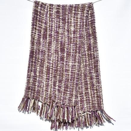 Stickad pläd i lila och offwhite. Mått 130 x 150 cm. Material akryl.