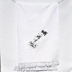 REA! Vit bomullspläd med svart tryck. Mått 130 x 170 cm. Material 100% bomull.