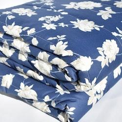 Överkast från Jakobsdal.  Mått 180 x 260 cm. Material: 70% polyester och 30% bomull.
