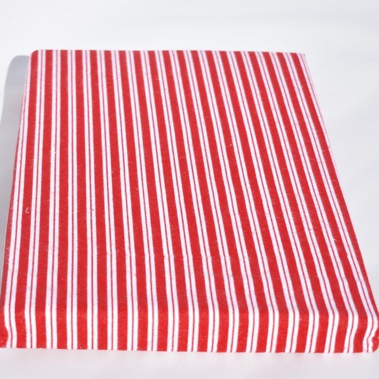 Tredels bäddset till dubbeltäcke från Gripsholm. Färg: Rött och vit. Mått 1 x 220 x 210 cm, 2 x 50 x 60 cm.