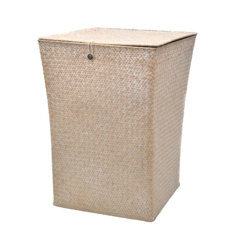 Stor handgjord korg med tygklädd insida och lock. Mått: Höjd 50 cm, bredd 37 cm, djup 37 cm. Material: Handknuten vass.