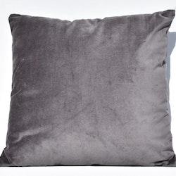 Sammetskudde i grått. Mått 45 x 45 cm. Kuddfodral 100% sammet tillverkad av bomull. Innerkudde 100% polyester.