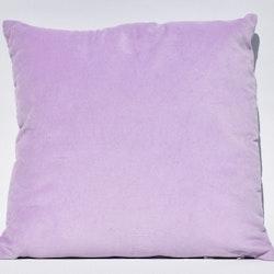 Sammetskudde i rosa. Mått 45 x 45 cm. Kuddfodral 100% sammet tillverkad av bomull. Innerkudde 100% polyester.
