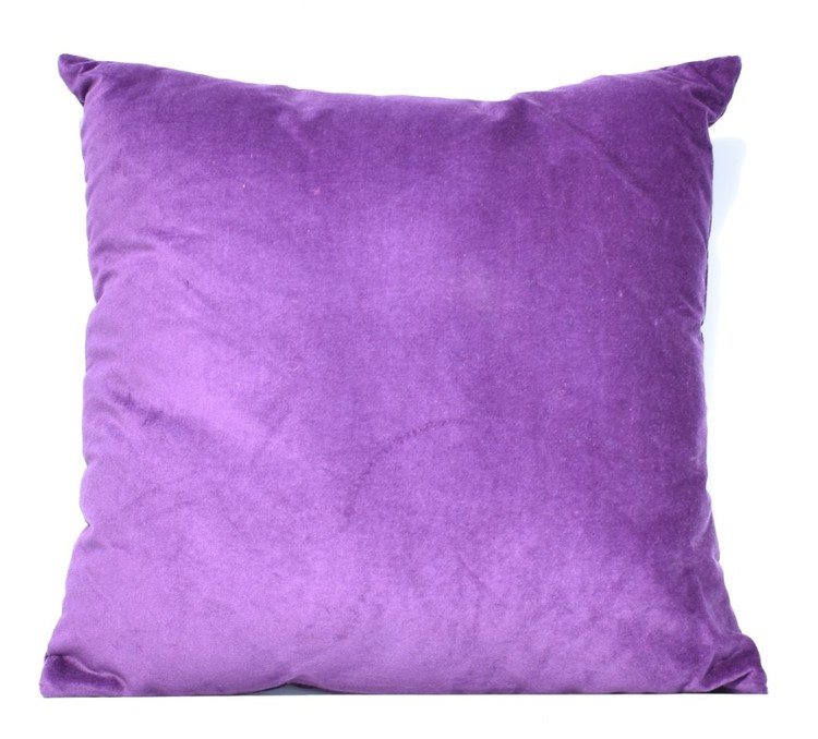 Sammetskudde i lila. Mått 45 x 45 cm. Kuddfodral 100% sammet tillverkad av bomull. Innerkudde 100% polyester.
