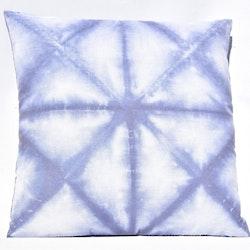 Kudde batik i blå toner. Mått 45 x 45 cm. Kuddfodral 100% polyester. Innerkudde 100% polyester.