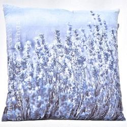 Kudde Lavendel. Mått 45 x 45 cm. Kuddfodral 100% polyester. Innerkudde 100% polyester.