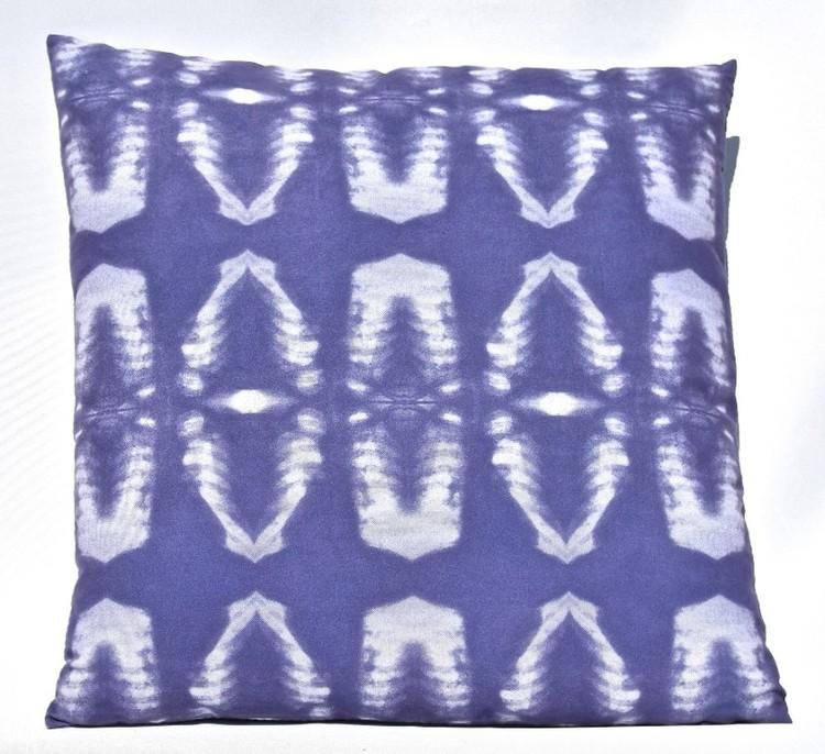 Kudde batik i mörkblå toner. Mått 45 x 45 cm. Kuddfodral 100% polyester. Innerkudde 100% polyester.
